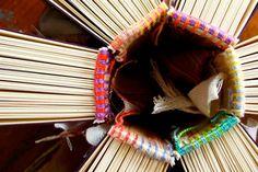 Las cabezadas, también llamadas guardapolvos, son unas pequeñas piezas de tela e hilo que van pegadas en la parte superior de nuestras encuadernaciones. En este post les compartiré una serie de enl…