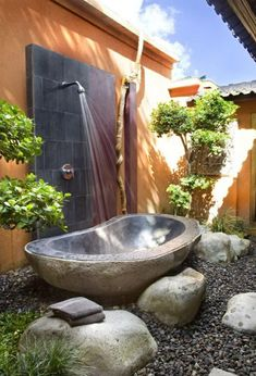 Gorgeous Outdoor Bathroom Design with Natural Stone Bathtub and Wall Shower. The Outdoor Shower: Creative design ideas for backyard living, from the functional to the fantastic [Paperback] Outdoor Tub, Outdoor Baths, Outdoor Bathrooms, Outdoor Rooms, Outdoor Gardens, Outdoor Living, Outdoor Decor, Outdoor Showers, Outdoor Stone