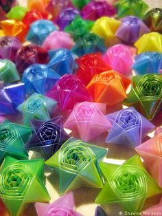 Estrellas con pajillas not paper but could do with paper straws too Diy Projects To Try, Crafts To Do, Crafts For Kids, Arts And Crafts, Paper Crafts, Origami Lucky Star, Origami Stars, Plastic Straw Crafts, Kirigami