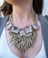 Los accesorios exagerados van tanto con escotes como cortes pegados al cuello