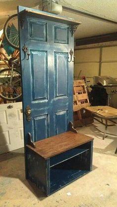 Old Door Hall Tree - Upcycled Furniture Ideas Old Door Projects, Diy Furniture Projects, Repurposed Furniture, Wooden Furniture, Furniture Makeover, Wood Projects, Nice Furniture, Furniture Design, Handmade Furniture