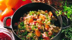 Syksyn kaali-jauhelihapata maistuu myös muina vuodenaikoina.  Padan muhiessa rauhassa uunissa, voit vaikka valmistaa jälkiruoan.