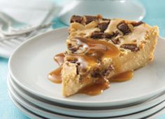Impossibly Easy Toffee Bar Cheesecake Bits of crunchy chocolate-covered toffee are the tasty surprise in an easy, foolproof cheesecake. Caramel topping is the extra wow. BisquickRecipe by Bisquick Toffee Cheesecake, Cheesecake Recipes, Simple Cheesecake, Chocolate Cheesecake, Easy Desserts, Delicious Desserts, Dessert Recipes, Dessert Ideas, Yummy Food