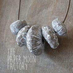 La main et peint collier Pure Nature, avec des perles faites de papier mâché
