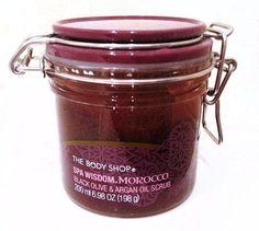 Peeling Spa Wisdom Morocco The Body Shop należy do łagodniejszych drapaków. Nieco rzadka, galaretowata konsystencja wymaga wprawnego użycia i zręczności. Jeśli już poradzimy sobie z tym wyzwaniem,  to peeling jest dość wydajny. Doskonale się spłukuje i nie tworzy na skórze tłustej warstwy. Zostawia natomiast na skórze przyjemny perfumowany zapach, który sprawia, że masz ochotę jeszcze raz sięgnąć po kosmetyk.