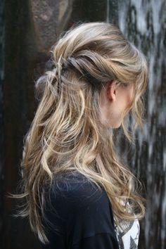 PARA FAZER:  1.  Escolha um produto texturizador para a raiz de sua preferência e o aplique antes da escova – ele ajuda a manter a textura escolhida;  2.  Para conseguir mais volume na raiz, depois da escova enrole os cabelos com alguns rolos – eles servem para deixar o cabelo modelado;  3.  Faça o babyliss de diâmetro mais largo em todo o cabelo – depois desfaça os cachos com o auxílio de uma escova de penteado ou com os dedos;  Itens 4,5 e 6 no próximo pin