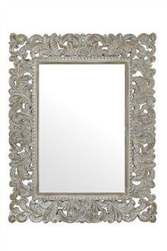 El espejo es encima de la comoda