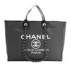 Chanel presenta el bolso shopping para el verano.       Es una bolsa que es bastante casual. El material es mezclilla. La parte interior es bastante abierta lo que hace que la bolsa sea muy recomendable como la bolsa de holiday. Tiene la cadena tipica de Chanel en la correa. Una bolsa recomendable para usar todos los días.