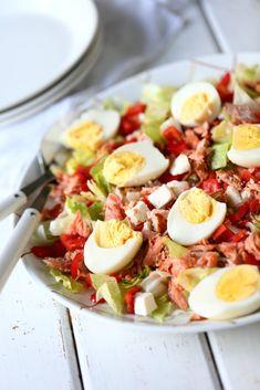 Feta-savulohisalaatti - Helppo ja nopea arkiruoka - Suklaapossu Raw Food Recipes, Salad Recipes, Feta, Cobb Salad, Recipies, Good Food, Food And Drink, Veggies, Favorite Recipes