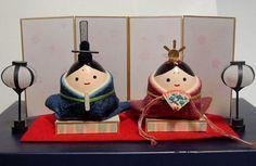 【nanapi】 はじめにひなまつりは雛人形をかざって、女の子の成長をお祝いする、とても華やかなイベントです。今回はこどもでも、簡単に作れて、飾るスペースにもこまらないとってもかわいい、たまごの殻を使った手作り雛人形の作り方をご紹介します。用意するものたまごのからおりがみのり刺...