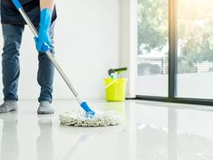 10 mitos e verdades sobre a limpeza da casa - Casa Vogue   Ambientes How To Clean Laminate Flooring, Grey Vinyl Flooring, Cleaning Wood Floors, Clean Hardwood Floors, Floor Cleaning Services, Log Cabin Kits, Log Home Floor Plans, Pressure Washing, Green Cleaning