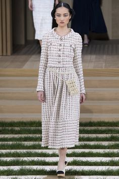 Chanel - Haute Couture Spring Summer 2016 - Shows - Vogue. Chanel Couture, Couture Fashion, Runway Fashion, Fashion Show, Chanel Fashion, Paris Fashion, 2016 Fashion Trends, Fashion Week 2016, Dress Chanel