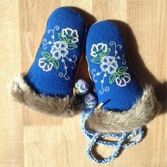 These are a pair of Girls mitts that I made out of Stroud, seed beads, and silver beaver fur about a year ago. Native Beadwork, Native American Beadwork, Seed Bead Patterns, Beading Patterns, Sewing Leather, Leather Craft, Beadwork Designs, Beaded Lanyards, Nativity Crafts