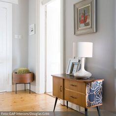 Markante Retro-Möbel zum alten Dielenboden im Eingangsbereich - weitere tolle Ideen zu nostalgischen Flurträumen auf www.roomido.com/wohnideen/flur-garderobe/retro