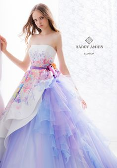 It's official: color is one of the hottest trends for bridal gowns! Whether your style is a hint of pink or an all-red extravaganza, check out these wonderful ideas for wearing a colorful wed… Pretty Prom Dresses, Lovely Dresses, 15 Dresses, Ball Dresses, Beautiful Gowns, Fashion Dresses, Girls Dresses, Wedding Dresses, Fantasy Dress