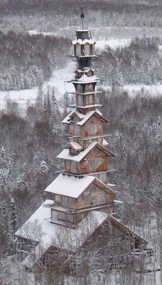Une maison géante dans les forêts d'Alaska