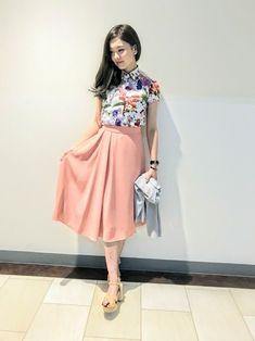 ピンクのフレアスカートに大きなプリントブラウスを合わせて 春らしく楽しいスタイリングにしてみました