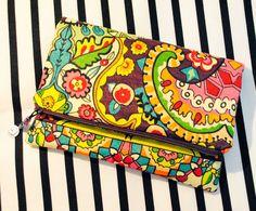 A bolsa de mão InspireD é toda feita em tecido. Possui forro, pois acabamento é tudo! Além disso, ela possui dois fechos: um zíper e um imã redondinho pra prender a frente dela. :)