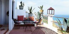 """Terrasse au Maroc, vue sur le mer, et harmonie étonnante entre les cactus et les fauteuils diamonds de Bertoia (in """"Living in Morocco"""" Taschen)"""