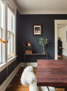 Tour a Colorful, Warm Modern Memphis Bungalow - Decoration Ideas Dining Room Walls, Dining Room Design, Living Room Decor, Bungalow Dining Room, Living Area, Dark Walls Living Room, Bungalow Decor, Design Table, Design Design
