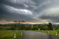 Intenzívne búrky sužujú Trenčiansky a Žilinský kraj. Naberajú na sile Golf Courses, Country Roads