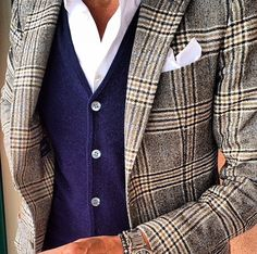 Love it when there's a combo between a heavy pattern on the blazer and the color of the vest. Mens Fashion Blog, Mens Fashion Suits, Urban Fashion, Look Fashion, Mens Suits, Elegance Fashion, Der Gentleman, Gentleman Style, Mens Style Guide