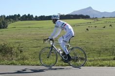 Xavier Lopez taken in the Basque country. white arm and leg warmers make whole ensemble seem 'mummyish', non?