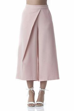 Chic blush pink culotte pants that will take your spring wardrobe to the next level! Work these pants at work as well as on fun adventures. Feminine, stylish and super trendy! Fashion Pants, Hijab Fashion, Fashion Dresses, Dope Fashion, Fashion Clothes, Fashion Details, Fashion Design, Fashion Trends, Culotte Pants