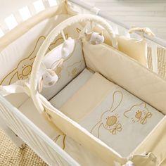 Dieser Bettkorb kann anfangs im Bett befestigt werden, dient als Verkleinerer und ist mit weichen Textilien und einem Spielbogen ausgestattet. Hier können Sie Ihr Baby sanft in den Schlaf schaukeln.