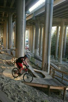 Amazing urban MTB trail under an interstate #innercitymtb