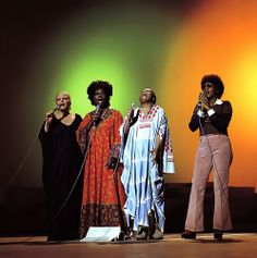 """Aretha (far right) with Peggy Lee, Sarah Vaughan and Roberta Flack performing the """"We Love You"""" medley in tribute to Duke Ellington in 1973 Classic Singers, Classic Jazz, Nova Orleans, Roberta Flack, African American Culture, Hollywood Photo, Duke Ellington, And Peggy, Pintura"""