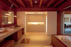 Casa em Búzios / Toninho Noronha Arquitetura #banheiro #bathroom #box #bath #shower #bathtub #window #view #lighting #wall #niche