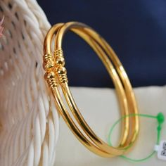 New Stylish Gold Bangles for Women - Indian Fashion Ideas Plain Gold Bangles, Gold Bangles For Women, Gold Bangles Design, Gold Jewellery Design, Indian Gold Bangles, Indian Jewelry, Silver Anklets Designs, Gold Earrings Designs, Gold Temple Jewellery