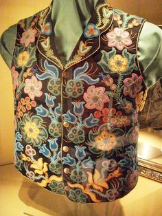 Native American beaded waistcoat, showing clear influence of French and British design style. Native Beadwork, Native American Beadwork, Native American Art, American Indians, Native Style, Native Art, Beaded Flowers, Bead Art, Beading Patterns