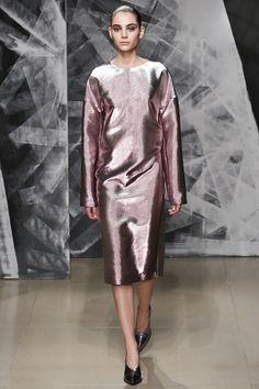 La robe rose lamée du défilé Jil Sander automne-hiver 2016-2017