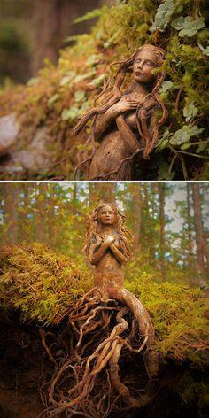 На днях нашла в интернете изумительные фотографии девушек, выточенных их дерева. Их создательница, Дебра Бернье, скульптор из Канады. Она создает своих дивных и трепетных дев из коряг, добавляя ракушки и кристаллы. Часто использует глину. Некоторые скульптуры помещаются в ладонь. О своем творчестве Дебра говорит, что создает скульптуры духов. Органично выглядят человеческие тела и лица, плавно переходящие в стволы и корни деревьев.