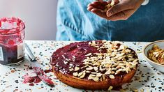 Zin om te bakken, maar nood aan inspiratie? Dit recept voor amandel-citroencake met frambozenjam is om duimen en vingers bij af te likken. Tiramisu, Tasty, Sweets, Ethnic Recipes, Desserts, Tailgate Desserts, Deserts, Gummi Candy, Candy