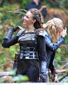 "The 100 CW - Eliza Taylor, Alycia Debnam-Carey, Clarke Griffin and Commander Lexa ""bonding"" Alycia Debnam Carey, The 100 Cast, The 100 Show, It Cast, Lexa The 100, The 100 Clexa, Clarke The 100, The Vampire Diaries, Eliza Taylor"