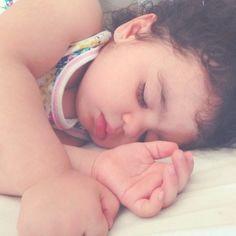 Semana que vem Isabela está fazendo 3 anos e não me canso de olhar suas fotos passadas e ver como o tempo passa rápido e ela cresce... Essa foto é de janeiro de 2015.  #vidademãe #maternidade #meubebê #otempopassa #filhos #amordemãe