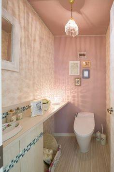 壁にも手洗いボウルにも花がらをあしらって、やさしい色で統一しました。お気に入りの空間でやさしい気持ちに。フローラルエレガント - トイレインテリアのモデルルーム|といれたす