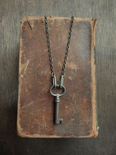 2 of my fav things Antique Books and Skeleton Keys Vintage Antique Keys, Vintage Keys, Vintage Witch, Antique Books, Key Jewelry, Jewelery, Jewelry Making, Skeleton Key Necklace, Skeleton Keys