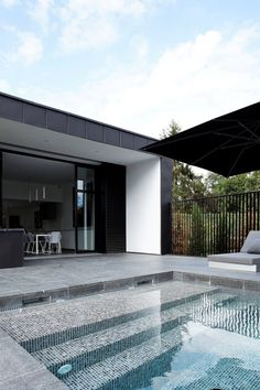 Swimming Pool Design Ideas is based on what can be done with the space in the backyard or garden. A backyard that is too big can be cramped; backyard big Beautiful Minimalist Swimming Pool Design Ideas In Backyard on Small Space on Budget Swimming Pool Tiles, Swimming Pool House, Swimming Pool Designs, Swimming Pool Steps, Piscina Rectangular, Moderne Pools, Beautiful Pools, Cool Pools, Outdoor Pool