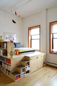 Esa idea esta buena, mucho espacio para almacenar.....y no hay que comprar cuadro de la cama :P...Insane platform bed with storage for inevitable tiny apartment living Danny & Joni's Brooklyn Loft