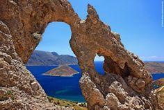 ΚΑΛΥΜΝΟΣ...Εντυπωσιακά βράχια και σπηλιές ορίζουν την Κάλυμνο. Η κατάρα των ντόπιων έγινε ευλογία χάρη στους αναρριχητές που τα ανακάλυψαν. Εδώ, στο αναρριχητικό πεδίο Παλάτι ανάμεσα στα Σκάλια και τον Εμπορειό