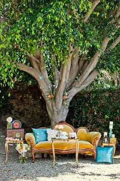 Outdoor wedding cocktail hour lounge - vintage furniture with fresh flowers {Ben Q. Wedding Lounge, Wedding Sets, Wedding Shoot, Wedding Blog, Reception Decorations, Event Decor, Outdoor Lounge, Outdoor Decor, Photos Booth