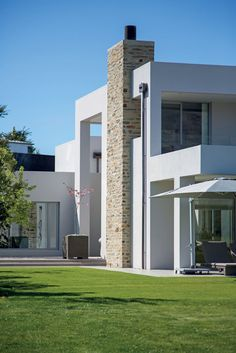A nod to local materials, architect Richard Shackleton has used schist to clad the chimney. Modern Architecture House, Residential Architecture, Architecture Details, Modern Houses, Garage Guest House, New Zealand Houses, Home Exterior Makeover, Modern Architects, Exterior Cladding