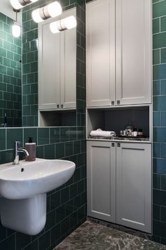 34 kvadrat platsbyggt badrumsskåp