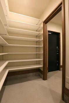 建築家: ReMo(リモ)建築設計事務所「K's residence」 House Design, Interior Design Bedroom, Bedroom Trends, House Interior, Interior Design Bedroom Small, Wardrobe Room, Interior Display, Store Shelves Design, Home Decor