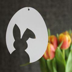 Frühlings- und Osterdeko aus Papier Ich mag es sehr für Ostern zu dekorieren: frühlingshafte & frische Deko, die mithilft den Winter zu vertreiben! Ich kombiniere dazu sehr gerne schlichte Motive & kräftige Farben. Weißes Papier & bunten Tulpen sind für mich eine perfekte Kombination. Ich habe das Osterei mit drei Ausschnitten gezeichnet: ein Osterhase, eine …