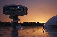Helsingissä suunniteltiin, että täällä Guggenheim-ilmiön voisi saada aikaan vain rakentamalla 140 miljoonan museon. Baskimaan Bilbaossa asiasta on enemmän kokemusta. Ilmiöön on tarvittu rahaa yli kymmenen miljardia euroa ja lisäksi uskomattoman paljon hyvää onnea. Valon vaihtelu saa titaanikuorisen museon näyttämään aina vähän erilaiselta. Kuva Timo-Erkki Heino. Guggenheim-ilmiö syntyi, kun politiikka, talous, taide ja kansainvälinen mediahuomio loksahtivat …